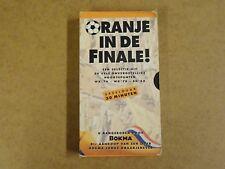 VHS VIDEO CASSETTE VOETBAL / ORANJE IN DE FINALE !