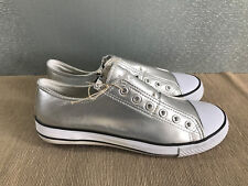 BNWT ladies older girls Sz 5 Rivers Doghouse Brand silver No lace up Canvas Shoe