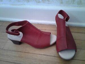 NWOB Clarks Ultimate Comfort Dark Red Leather Open Toe Ankle Strap Sandal sz 7
