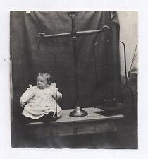 PHOTO ANCIENNE Balance Enfant Bébé Curiosité Étrange Surréaliste Poids Vers 1920