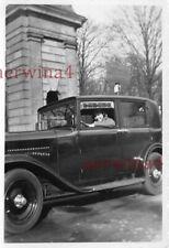 Frau mit PKW Mercedes 170 am Bahnhof Meissen