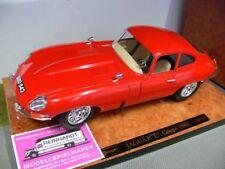 1/18 Burago Jaguar E Coupe 1961 rot auf Wurzelholzplatte