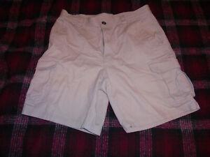 Columbia Men's Khaki Tan Cargo Shorts Size 32 !!!!