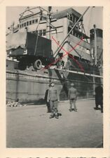 Nr 19891 Foto 2 Weltkrieg Deutsche Soldaten Schiff LKW Verladung  6 x 9 cm