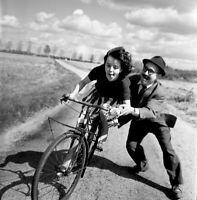 """""""La jeune fille au vélo"""", 1959   /   Hommage à Robert Doisneau    /   15 x 15 cm"""