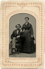 1/4 PLATE ANTIQUE TINTYPE PHOTO PORTRAIT OF A COUPLE, VICTORIAN FASHION/COSTUME