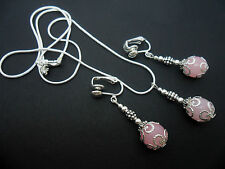 Un precioso color rosa Collar De Jade Y Clip En pendiente conjunto. Nuevo.