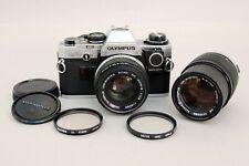 Olympus OM10 35 mm SLR Film Camera avec Zuiko 50 mm f1.8 & 135 mm Objectifs f3.5