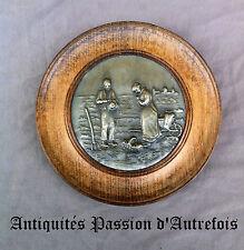 B20141064 - L'angélus : Assiette en bois avec décor central en étain