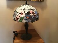 """Vintage 18"""" Floral Stained Glass Table Lamp"""
