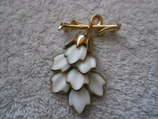 VINTAGE DANGLE WHITE GLASS FLOWER BROOCH PENDANT GOLD TONE