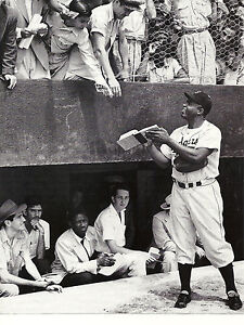 THE BROOKLYN DODGERS JACKIE ROBINSON SIGNS AUTOGRAPHS FOR THE FANS CLASSIC