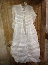 Lot 2 anciennes robes de communion en tissu fin dentelle et accessoires