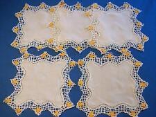 5 beaux napperons carrés anciens, couleur blanc cassé, dentelle tout autour ...