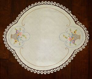 VINTAGE 1930s LARGE DOILY CENTERPIECE HAND EMBROIDERED FLORAL BASKETS LACE EDGE