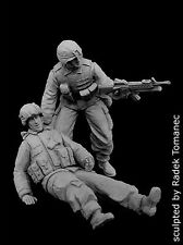 Black Dog 1/35 US Soldiers Patrol Assisting Wounded OIF Iraq (2 Figures) F35057