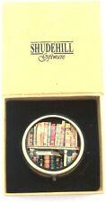 Regale antiker Bibliothek Bücher antik goldfarbene Pillendose