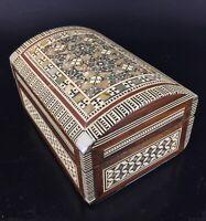 Superbe coffre boîte à bijoux en bois et nacres incrustées. Décors géométriques