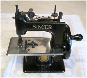 Vintage Childs Toy Singer Sewing Machine Model 20