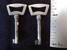 2 anciennes clés de meuble-tiroirs 1950 en métal brossé