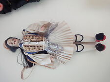 ancienne poupée folklorique  de la GRECE  corps tissus   H 30 cm vet  d'origine