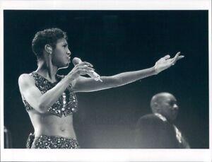 1997 Press Photo R&B Singer Toni Braxton on Stage Singing 1990s