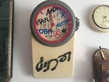 Horloge murale Le Clip swiss par Signaplast  retro design vintage 70s