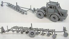 KIROVETS / KIROWETZ K-700 Traktor / Tractor mit Pflug - Modell Bausatz  1/87 H0