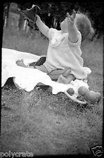 Enfant bébé assis chaussure à la main parc Paris - Ancien négatif photo an. 1940