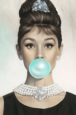 Enmarcado impresión-Audrey Hepburn soplando un Big Blue Bubble Gum Burbuja (Imagen Arte)