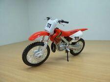 Moto HONDA CR250R rouge 1/18 n°111