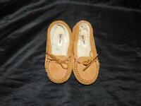 Minnetonka Kids Size 1 Suede Leather Slippers Fleece Lined Moccasins Shoes Girls