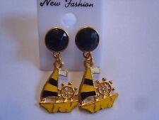 Ohrring gelb schwarzen Goldfarbenem Segelboot  und schwarzem Strassstein 3260