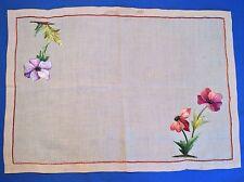 Très joli napperon ancien en lin, grandes fleurs brodées sur 2 angles ...