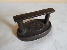Ancien petit fer en fonte de dentellière - W