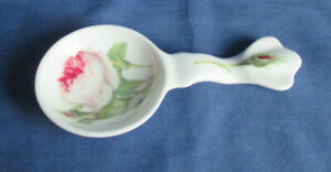 Roy Kirkham, Teebeutelablage in Löffelform, Redoute Roses, Bone China, England