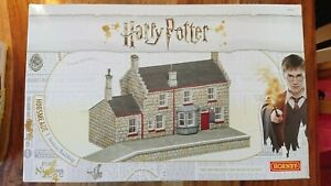 Hornby R7230 Harry Potter Hogsmeade Station Pre Decorated Cast Resin Building