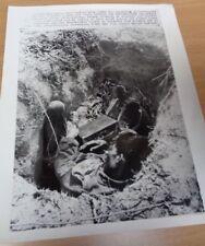 VIETNAM WAR - ORIGINAL PRESS PHOTO (LARGE) - VIETNAMESE SOLDIER IN FOXHOLE