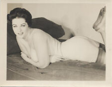ORIGINAL VINTAGE SILVER PRINT OF BEAUTIFUL SULTRY NUDE WOMAN SMILING ON A COUCH