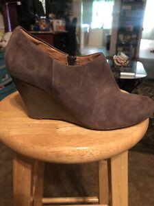 Clarks Artisan Women's Size 7.5M Shoes Gray Suede Zip Wedge Snake Heel Booties