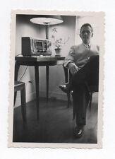 PHOTO ANCIENNE Portrait Homme assis Lumière Snapshot Poste radio Vers 1950
