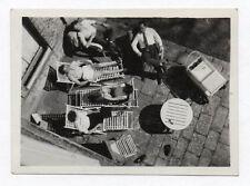 PHOTO ANCIENNE Snapshot Groupe vue d'en haut Contre plongée Chaise longue 1953