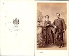 Ken, Paris, Couple en pose appuyé à une grille de jardin, circa 1865 Vintage CDV