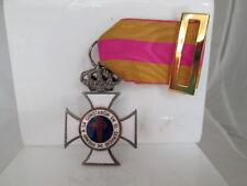 Cruz a la Constancia en el Servicio. Metal plateado y esmalte tricolor. Banda