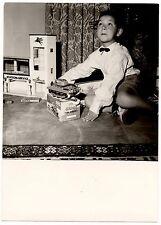 Jeune garçon avec jouets garage station service tank photo ancienne an. 1950 60