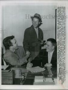 1958 Press Photo Lindsay Crosby With Father Bing Crosby After Signing Contract