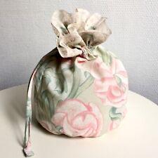 NEUF. Sac pochon tissu imprimé fleurs rose et vert. Dentelle ancienne. Fait main