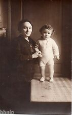 BM098 Carte Photo vintage card RPPC Enfant sur table et sa mère belle lumière