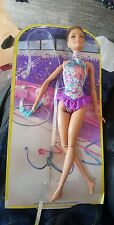 Bambola Barbie NASTRO GINNASTA Teresa (bruna con vestito viola) MATTEL (DKJ18)