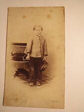 Flawyl Flawil - stehender Junge in Jacke und Hose mit Hut in der Hand / CDV